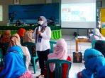 Kepala Bagian Tata Usaha Balai Besar POM di Bandung, Sofiyani Chandrawati Anwar saat memberikan memberikan edukasi ke para peserta sosialisasi.